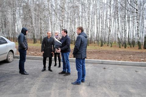 Депутаты городской Думы проверили ход работ по благоустройству парковок