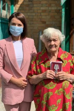 Депутат Инна Орешина вручила медаль рязанскому ветерану