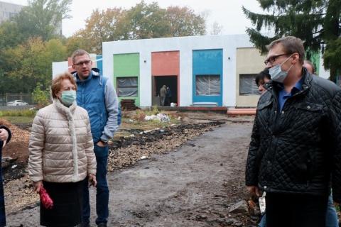 Лариса Максимова оценила ход строительства пристройки к детскому саду №99